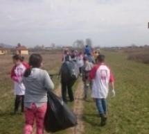 Copiii de la Centrul Caritas din Turulung au curățat de deșeuri malul râului Tur
