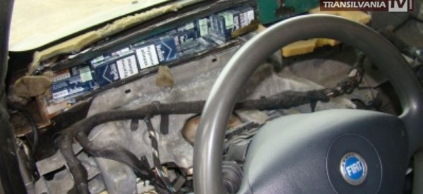 Prins cu țigări de contrabandă ascunse în bordul mașinii