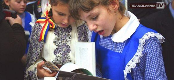 Mirela Retegan aduce cărți pentru elevii unei școli din Carei