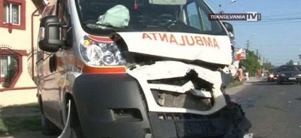 Ambulanță implicată într-un accident rutier