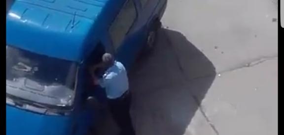 Un polițist sătmărean stă de 6 în timp ce dintr-o dubă se descarcă gunoaie