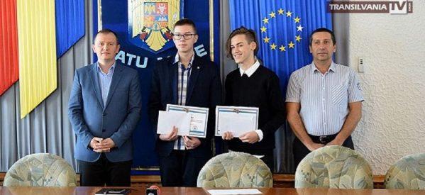 Elevii care au obținut nota 10 la Evaluarea Națională au fost premiați de prefectul Darius Filip
