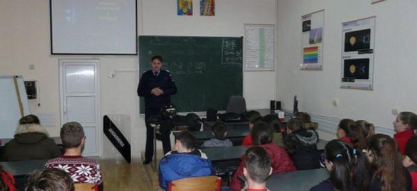 Jandarmii i-au vizitat pe elevii de la Şcoala Generală şi Liceul Tehnologic din Tăşnad